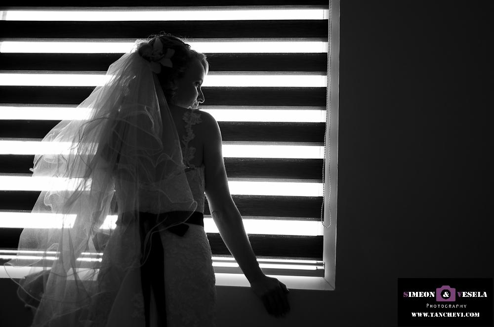 Подготовката при сватбената фотография заснета от сватбен фтограф в Пловдив, София, Бургас, Варна 188