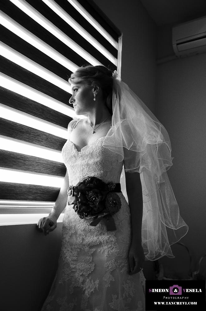 Подготовката при сватбената фотография заснета от сватбен фтограф в Пловдив, София, Бургас, Варна 187